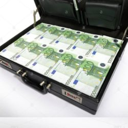 100-euro-banknotes-in-a-briefcase-suitcase-of-money-CXR7YG